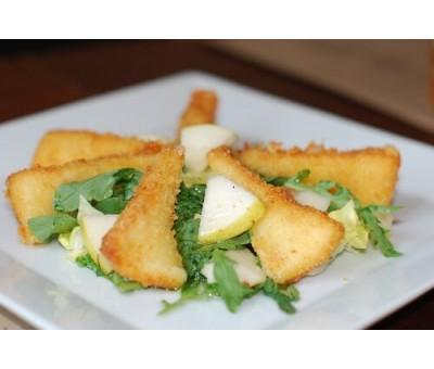 Салат с грушей и жареным сулугуни